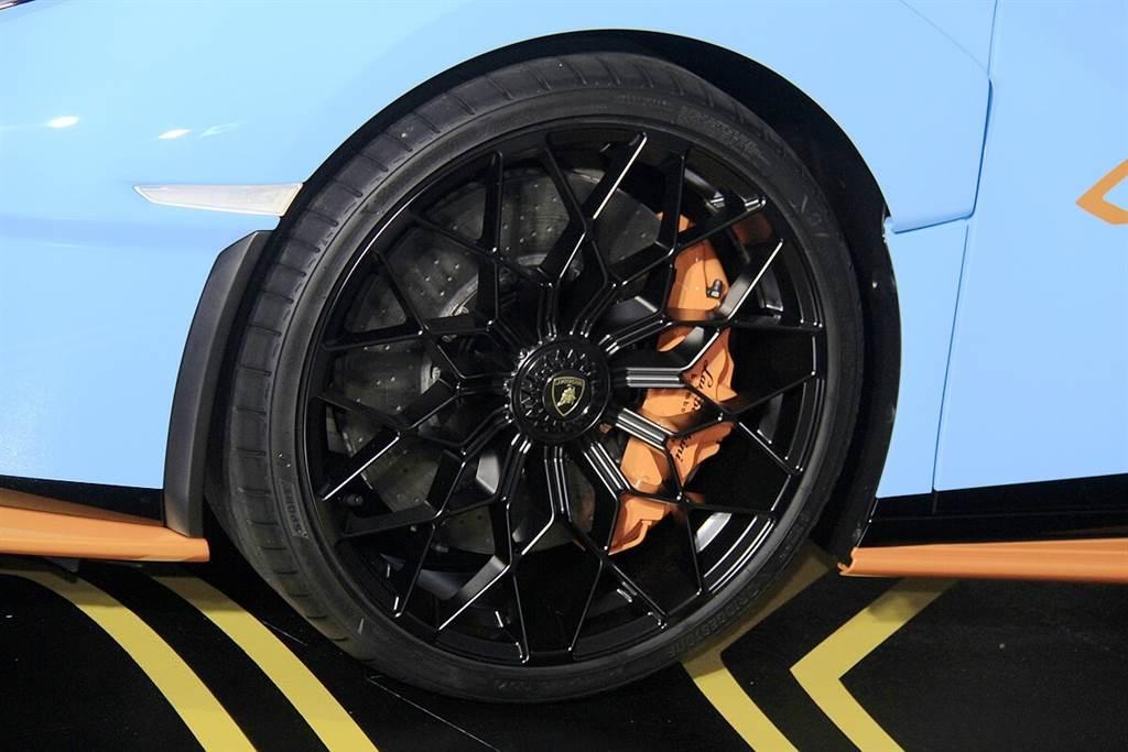 Brembo CCM-R碳陶瓷煞車系統與一般金屬煞車系統的主要不同,在於使用與碟盤材質進似的來令片,所以碳-碳系統不僅有高的耐高溫特性,更有較強的抗氧化特性,而與Brembo標準版CCM的不同,在於針對賽道使用具備更加耐熱性與導熱性,以協助提升冷卻效益,可讓壽命顯著增加,並且還具備輕量化的設計。