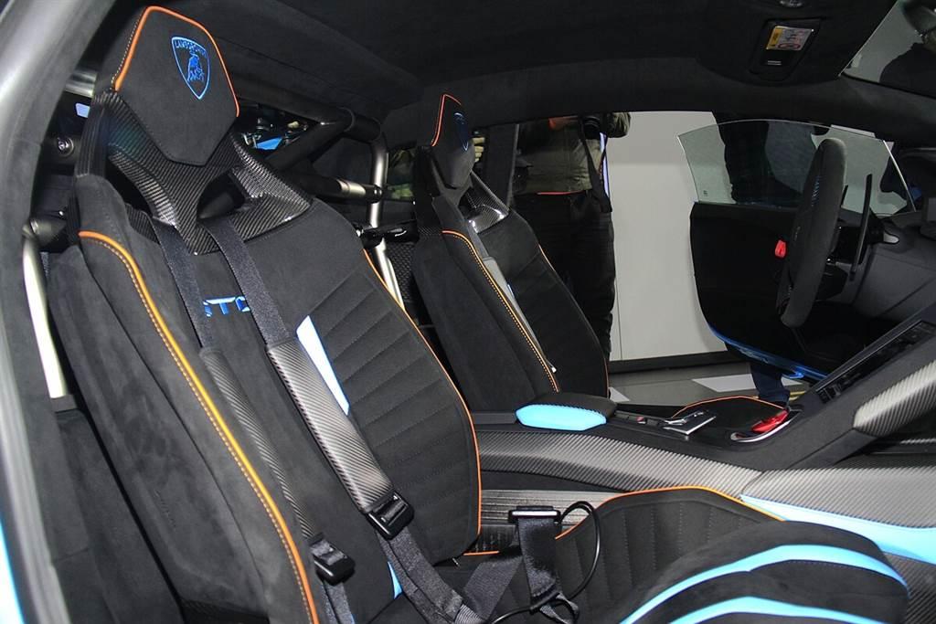 此次亮相的Huracán STO選配了「道路版」跑車座椅,具有加厚的提升舒適度設計,至於標準座椅其實是桶形賽車椅。