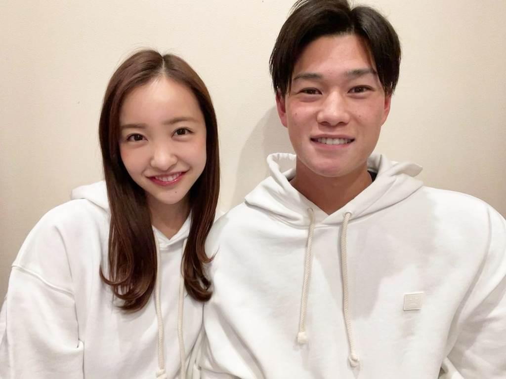 板野友美宣布和高橋奎二結婚。(圖/翻攝自tomo.i_0703 IG)