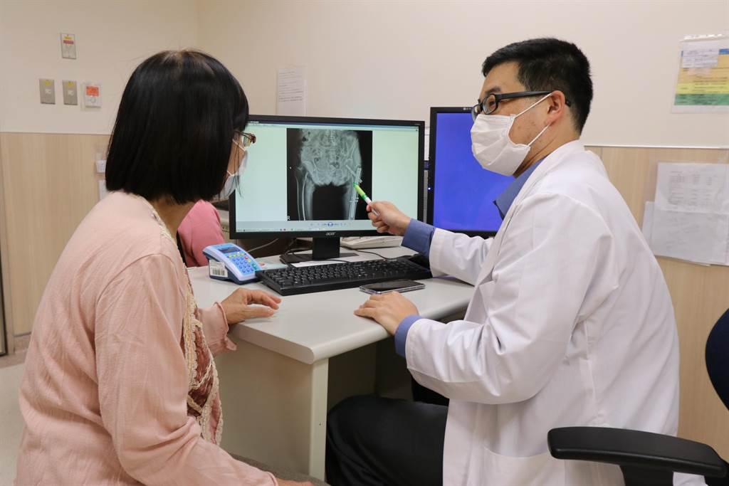 亞大醫院骨科部主治醫師吳信廷(右),向患者(非當事人)解釋病情。(林欣儀攝)