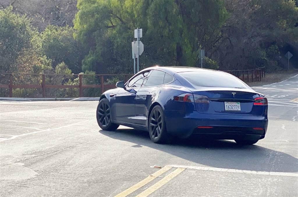 特斯拉 Model S 改款原型車被一路尾隨,揪出幾個不一樣特徵