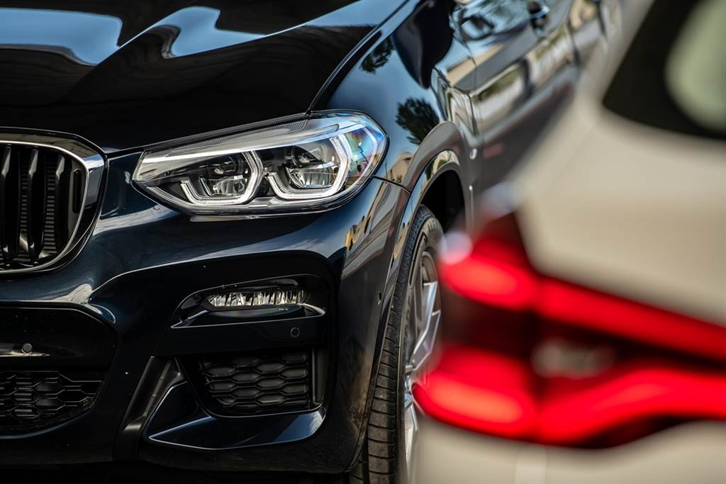 全新X3、X4白金領航版全車系標配進階LED主動式轉向頭燈與遠光燈輔助系統,搭配車尾的3D立體曲面LED尾燈,強化視覺張力與層次。