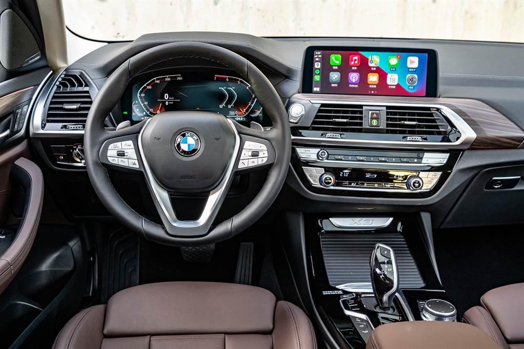 全新X3、X4白金領航版具備整合12.3吋虛擬數位儀錶、10.25吋中控觸控螢幕的iDrive 7.0全數位虛擬座艙含智能衛星導航系統、360度環景輔助攝影、超越對手的遠端3D監控與豪華型三區恆溫空調。