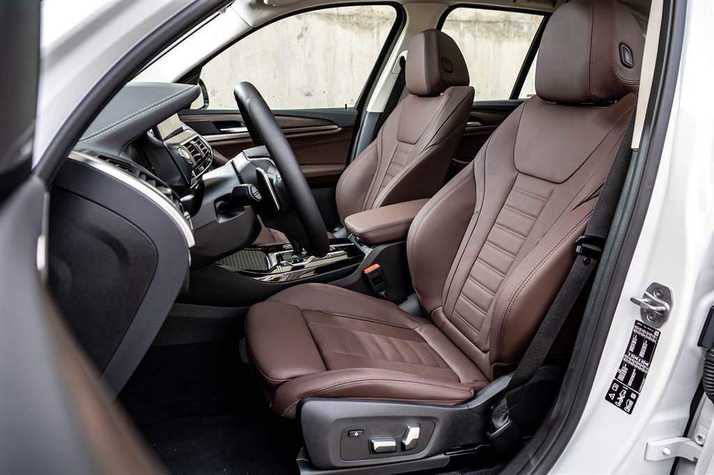 全新BMW X3、X4白金領航版提供觸感細緻的Vernasca真皮包覆跑車座椅,讓車內乘員觸手可及之處,均綴以柔軟舒適的皮革材質。