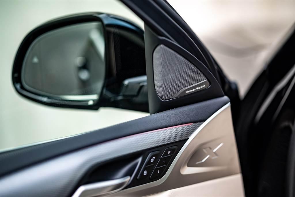 BMW將Harman/Kardon高音喇叭組更列為白金領航版全車系標準配備,讓每一趟行程均能佐以絕佳的音樂盛宴。
