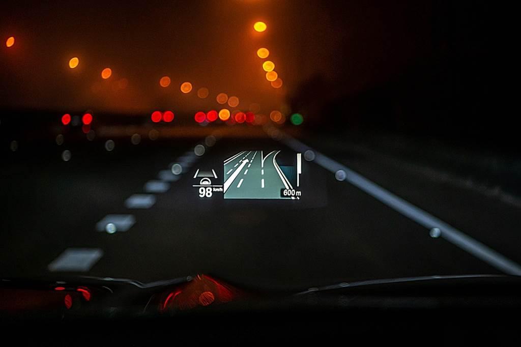 全新BMW X3、X4白金領航版全車系標配可投射BMW智能衛星導航系統、Apple Maps與Google Maps導航資訊的HUD車況抬頭顯示器。