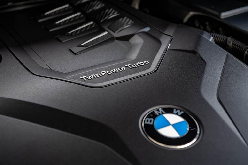 全新X3 xDrive30i Luxury、X4 xDrive30i M Sport白金領航版搭載BMW TwinPower Turbo直列4汽缸汽油引擎,擁有252匹最大馬力、350牛頓米最大扭力。