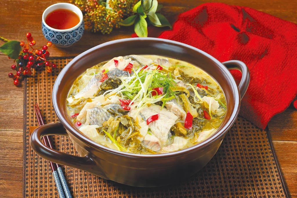 全聯獨家「老四川酸菜魚」,特選鱸魚搭配以乳酸菌發酵製作的酸菜與大骨湯熬煮,每組599元,限量3000組。(全聯提供)
