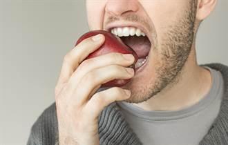 男用蘋果咬出明星剪影 網友驚嘆:真是個人才!