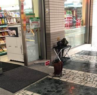 超商門口見一雙雨鞋沾滿泥土 他目睹全程曝暖心真相