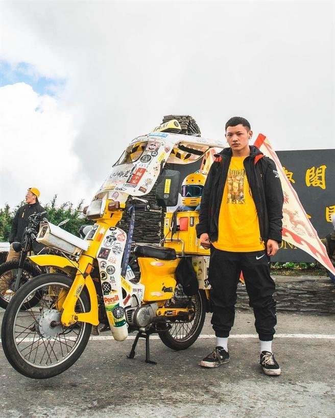 謝燿荃號召一群熱愛騎車的朋友,創立了機車同好社,取名「口鄉堂」,發展出員林特有的車聚次文化運動。(謝沅錄提供/吳建輝彰化傳真)