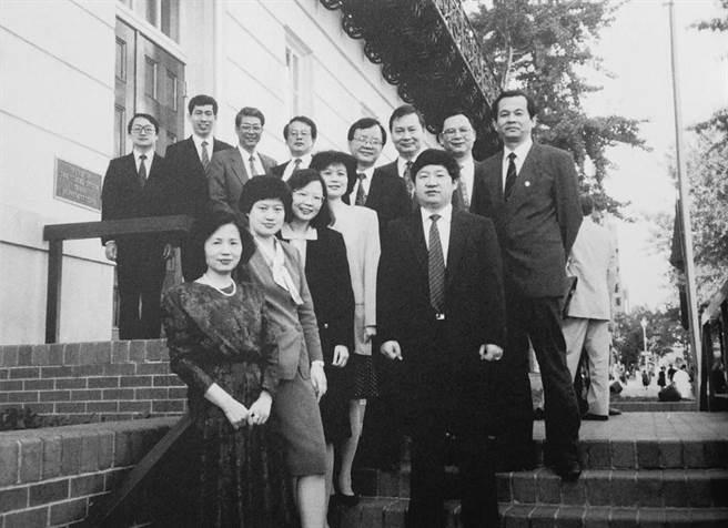 總統蔡英文在推特分享30年前老照片,表示很高興能擔任貿易談判代表。(圖/摘自蔡英文推特)