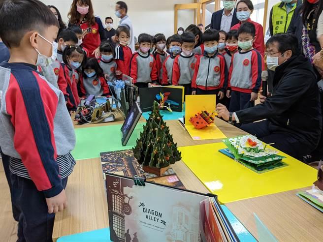 台南市長黃偉哲扮起志工哥哥說故事,小朋友聽得津津有味。(莊耀聰攝)