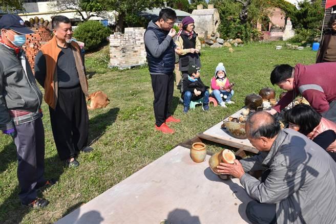 竹南蛇窯第2代窯主林瑞華(左二)全力挽救蛇窯存續。(謝明俊攝)
