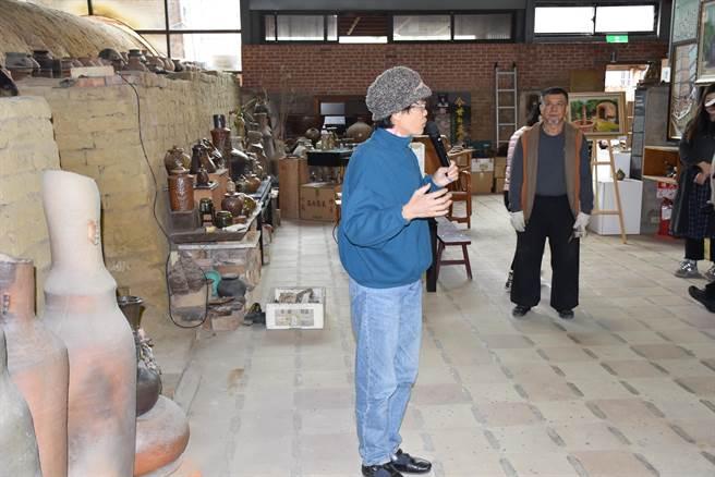 竹南蛇窯第2代窯主林瑞華夫婦面臨許多爭產官司。(謝明俊攝)