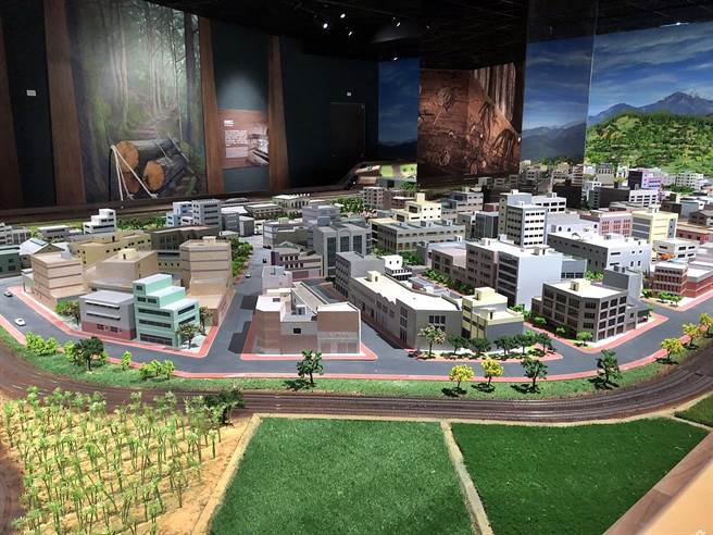 市立博物館二樓常設展場三鐵共構火車模型。(嘉義市政府提供∕呂妍庭嘉義傳真)