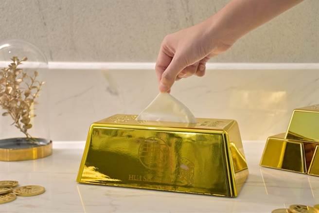 天成文旅華山町春節住房專案開賣,訂房禮包括「金磚面紙盒」與黃金寶比存錢筒和貯藏華山1950不銹鋼金色馬克杯。圖/天成文旅提供
