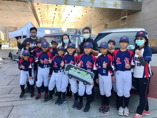 頂新和德文教基金會支持台中基層棒球發展,5日捐贈十輛棒球接送車。(盧金足攝)