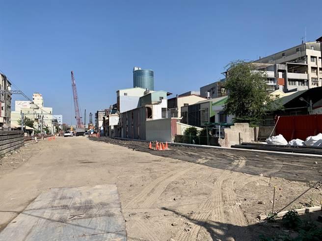 配合南鐵地下化工程,東區陳家目前已遭夷為平地,僅留下未被劃入拆除範圍的大門口。(李宜杰攝)