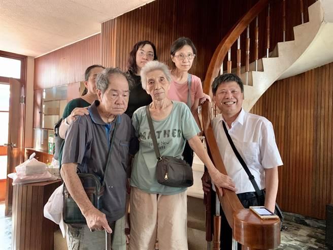 東區陳家一家人去年10月中旬道別老屋前,與家中的旋轉樓梯合影。(李宜杰攝)