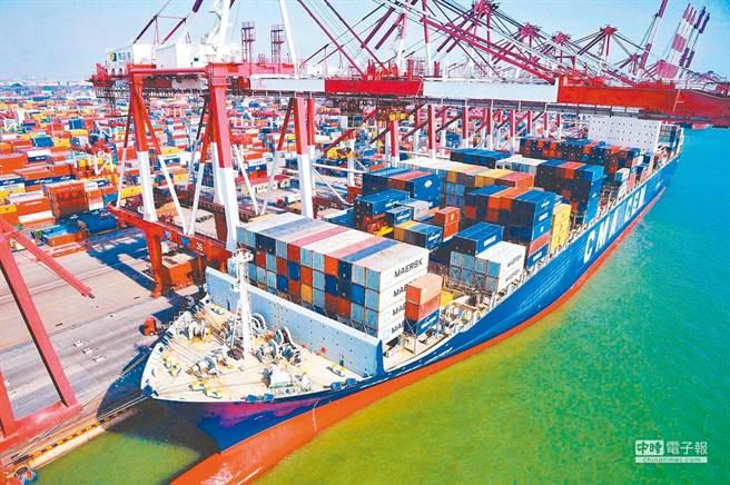 新冠疫情導致全球航運不暢,出口商運輸成本增加,貨櫃一櫃難求。(新華社資料照)