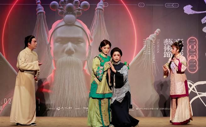 榮興客家採茶劇團的《花囤女》,以客家戲的溫婉唱腔娓娓道出台灣早年「童養媳」習俗。(傳藝中心提供)