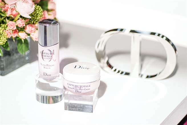 迪奧全新推出「逆時能量特潤霜」,可全臉厚敷按摩,提供肌膚長效舒適潤澤,綻放充滿能量的彈潤光采。搭配「逆時能量精華」使用,功效加乘更有感。(邱映慈攝)