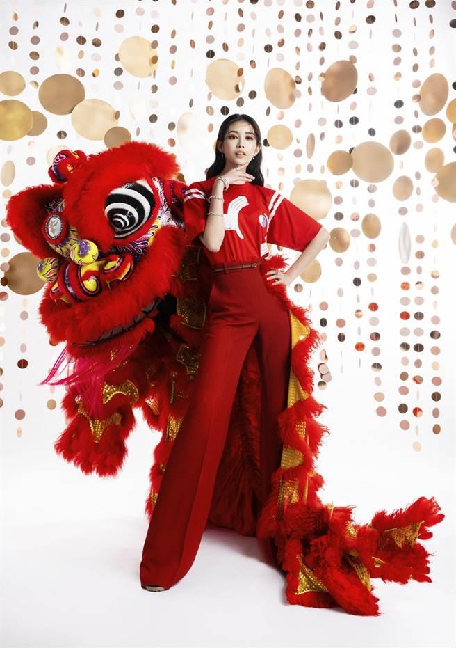 宋蘋恩以英倫典雅風格的品牌chloe和紅色「關公獅」亮相。(微風提供)