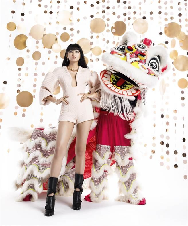 郭源元全身Fendi穿搭和身旁白色七彩「劉備獅」互動。(微風提供)