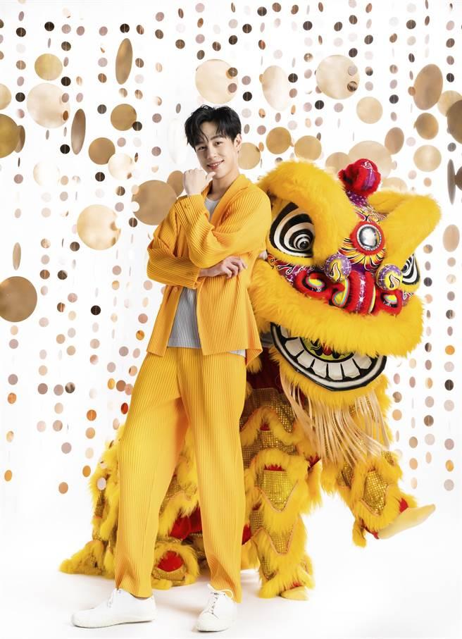 孫麥傑則身穿HOMME ISSEY MIYAKE和黃色「黃忠獅」拍攝封面。(微風提供)