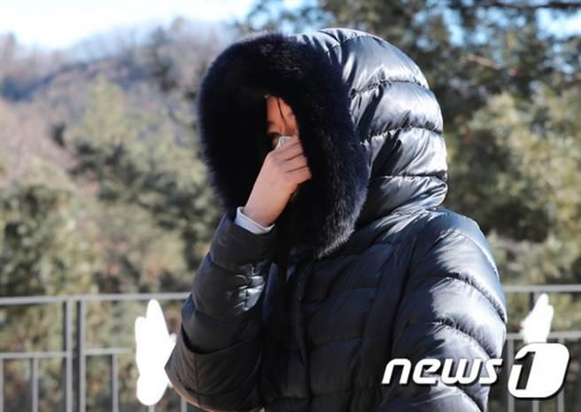 李英愛親自前往受虐女童墓地悼念,被捕捉到心痛落淚的畫面,粉絲看了更不捨。(圖/ 摘自韓網news1)