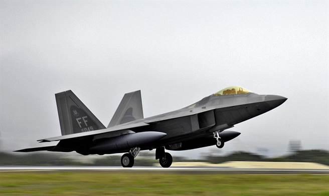 除了外掛油箱,F-22不會在機翼下安裝其他物品,也不會外掛武裝,是當今世上罕見的專職空優戰機。(圖/美國空軍)