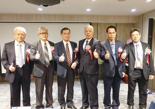 見智科技董事長陸迺斌(右三)於簽約儀式後與貴賓們合影預祝合作順利成功。圖/黃俊榮