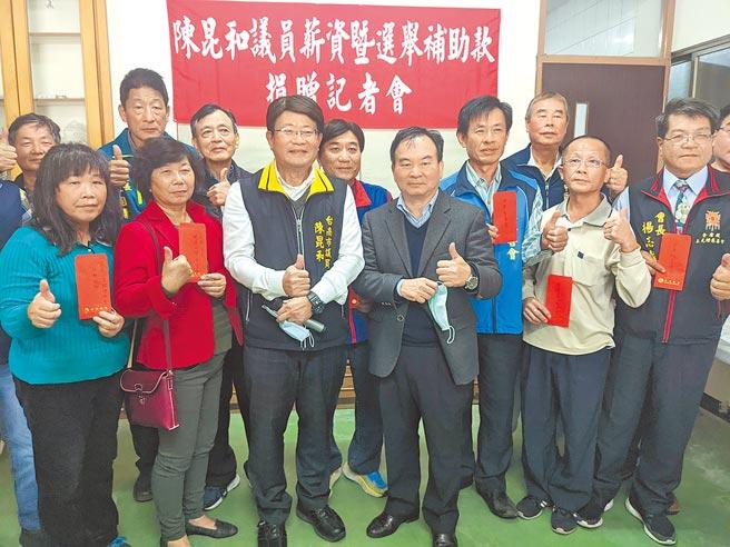 台南市議員陳昆和(前排左三)4日宣布捐出這屆議員任期內薪水,專門作為社會公益及急難救助之用,昨天也發出111萬元給25個單位及慈善團體。(莊曜聰攝)