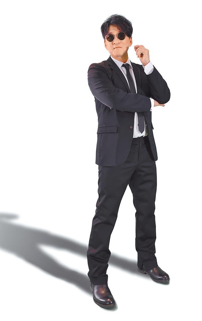 周華健以MIB星際戰警的造型,在五月天演唱會影片中造勢。(滾石唱片提供)