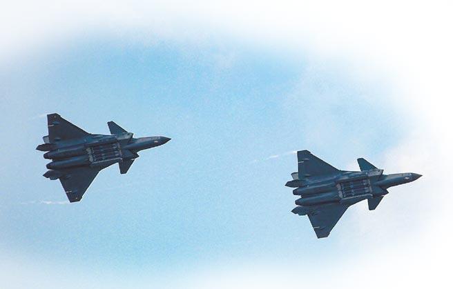 殲-20打開內置彈倉,展示霹靂-12飛彈。(取自微博@解放軍報)