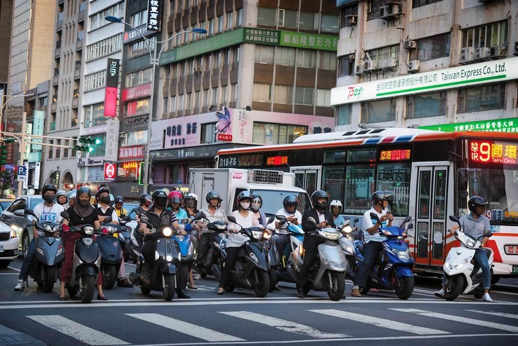 有網友好奇發問,若是住在宜蘭但工作在台北,每日通勤來回是否可行。(達志影像/示意圖非當事人)