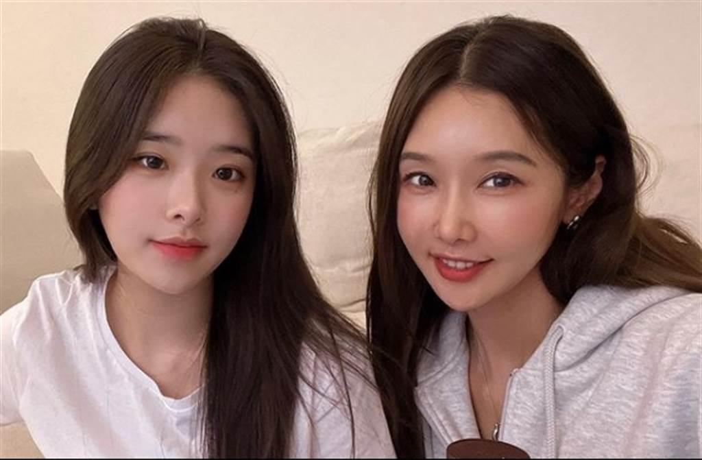 李秀珍跟女儿同框,犹如亲姊妹。(翻摄自李秀珍IG)