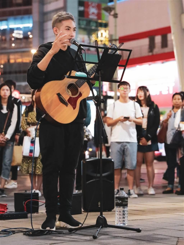 成就让人幸福的逐梦歌手—街头艺人陈守恩(图/Hung Chun Kao鬍子 EVENT365生活誌 提供)