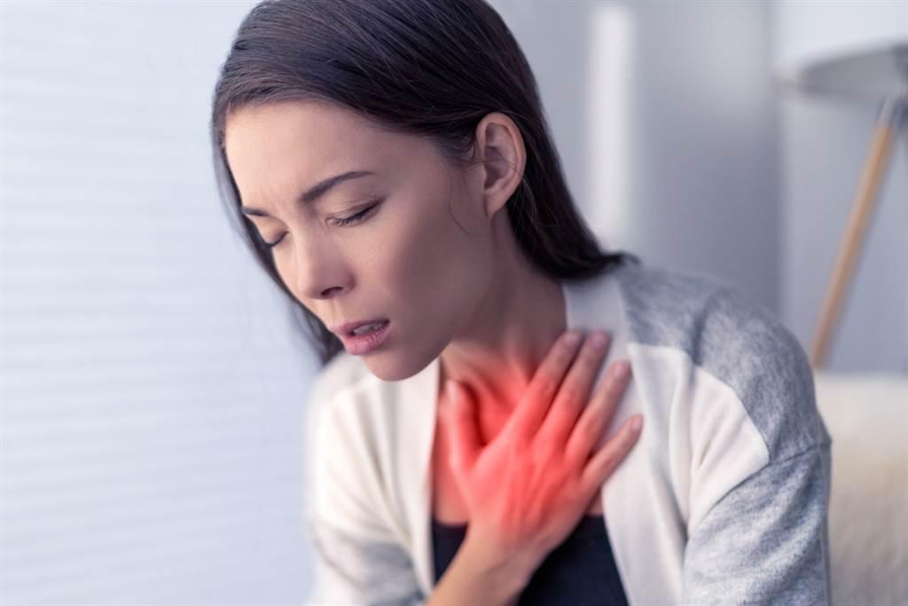 一名護理師下班後突然喘不過氣,送醫後發現是紅斑性狼瘡造成的急性肺出血。(達志影像/示意圖非當事人)