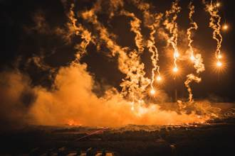 照明彈與砲火夜間交織如流星雨 機步269旅實彈射擊超壯觀