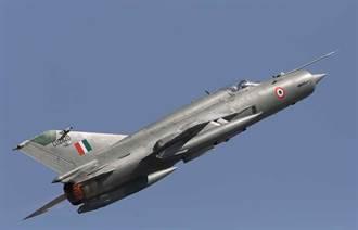 印度空軍MiG-21野牛戰鬥機墜毀 飛行員成功彈射