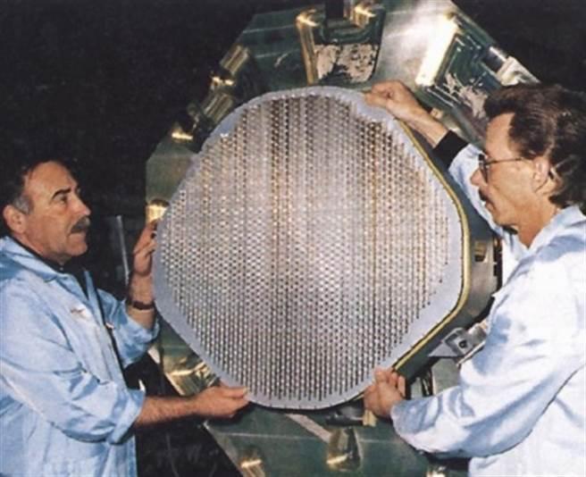 F-22鼻椎裡的APG-77雷達,是美國空軍最早的AESA雷達,如今基於APG-77而改良的後續雷達,已是各型美國戰機的標配,。(圖/洛馬)