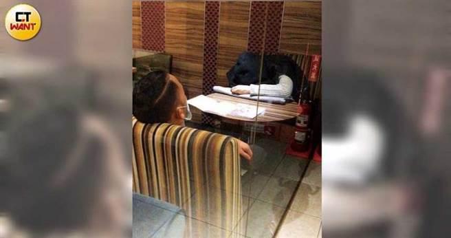 吃飽後,李淳和女友到附近的咖啡店休息,沒多久時間,兩人竟在位子上睡著了。(圖/本刊攝影組)