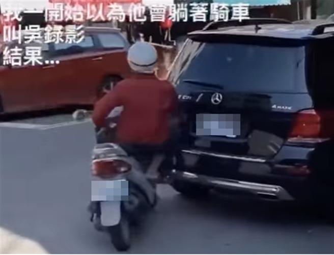 南投縣日前出現一位老伯騎機車蛇行,轉彎時撞上賓士車,三寶影片在網上瘋傳引起熱議。(臉書社團《爆廢1公社》/蘇育宣翻攝)