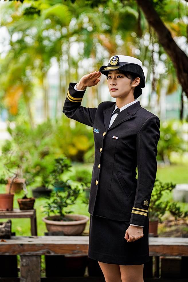 海軍司令部推出的年曆,封面人物則為郭蕙寧中尉,她身穿一襲俐落的海軍制服,堅定的眼神凝視遠方,美暈一大票網友。(圖/海軍提供)
