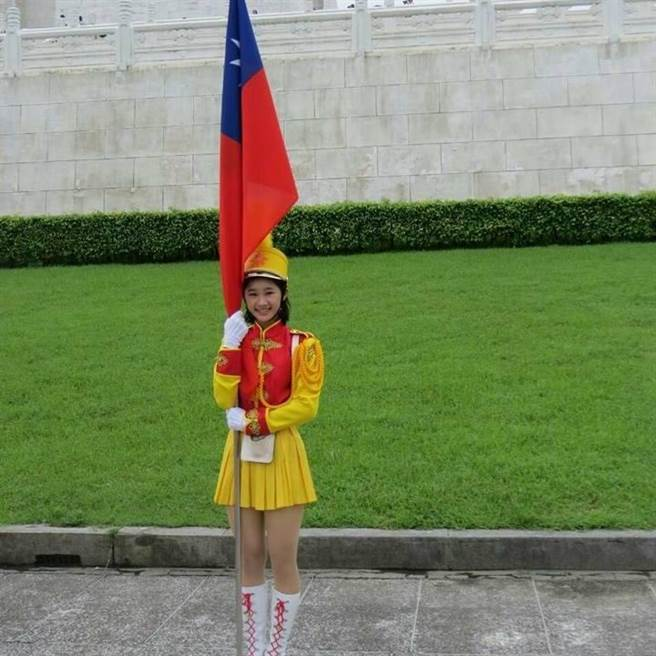 郭蕙寧中尉畢業於景美女中,在校期間曾擔任樂儀隊的掌旗官,英姿挺拔。(翻攝郭蕙寧臉書)
