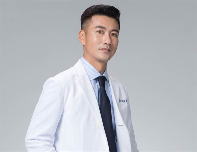 外型帥氣的中醫師陳峙嘉被封為「中醫界的郭富城」,他也是第一名模林志玲的家庭中醫師。(圖/幸福文化提供)