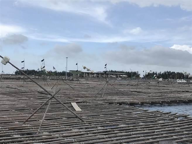嘉義縣消防局指揮中心6日中午12時20分獲報,指出布袋第三漁港發生車輛落海意外。(張毓翎攝)