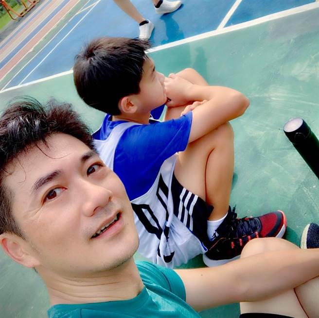 與孩子一起跑步打球,是忙碌的陳峙嘉,得以兼顧運動和親子關係的生活小撇步。(圖/取自陳峙嘉臉書)